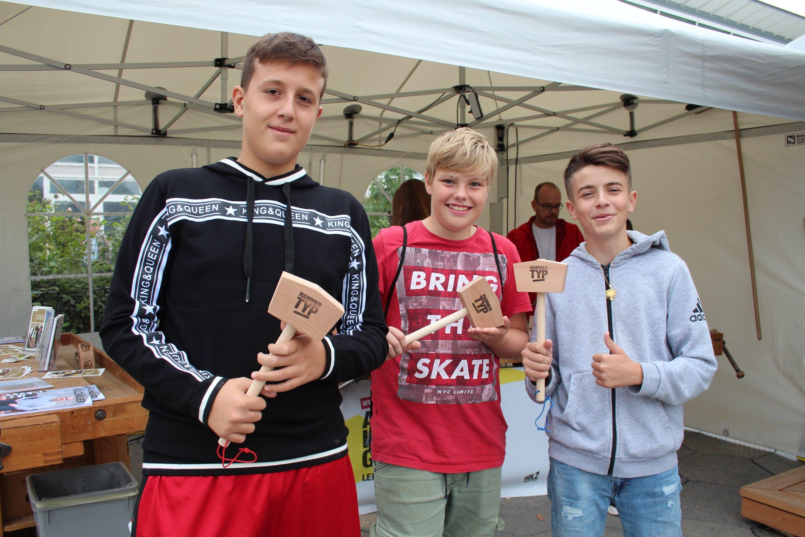 Schüler präsentieren den selbst zusammengebauten Holzhammer