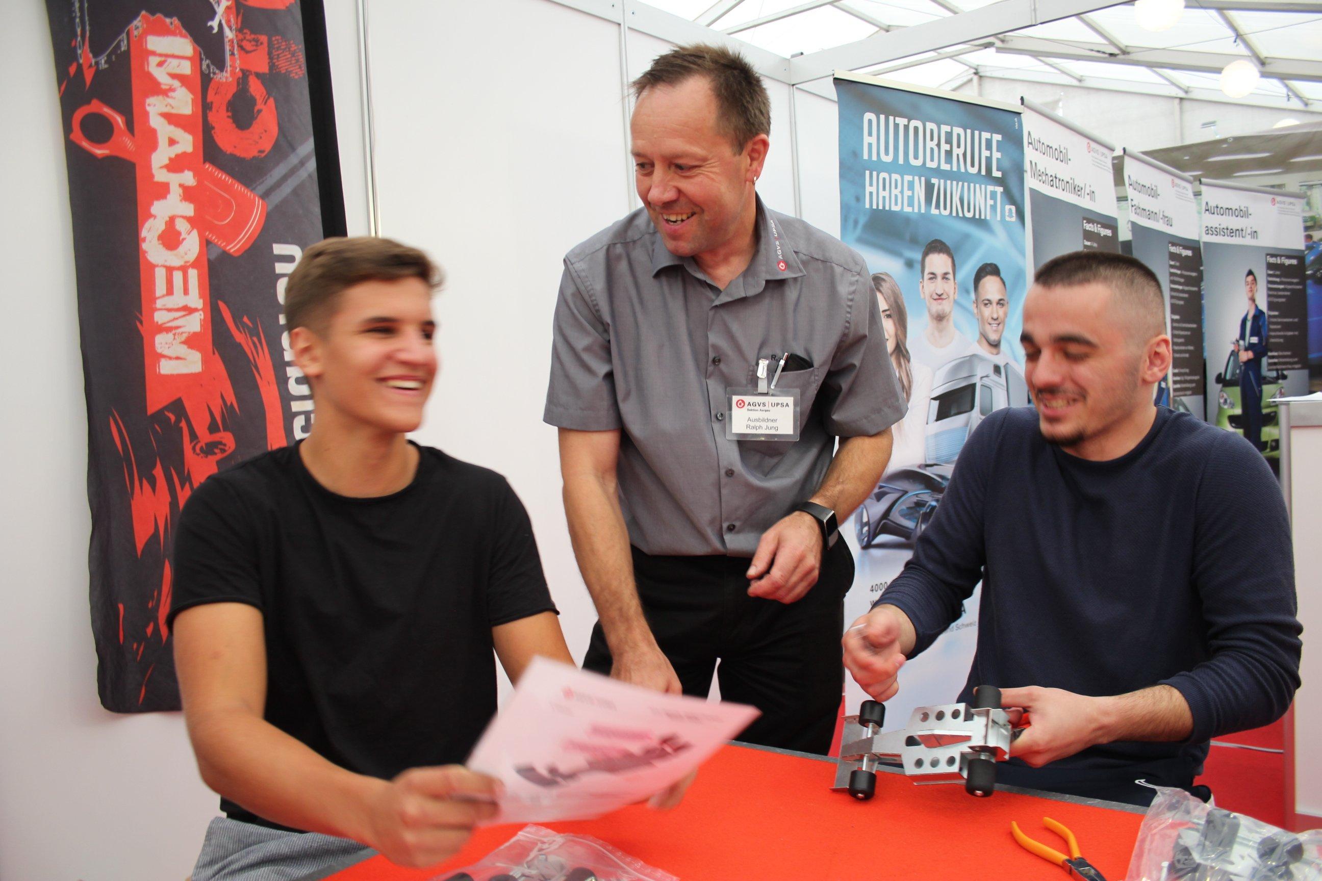 Ralph Jung mit zwei Mitarbeitern am AGVS-Stand